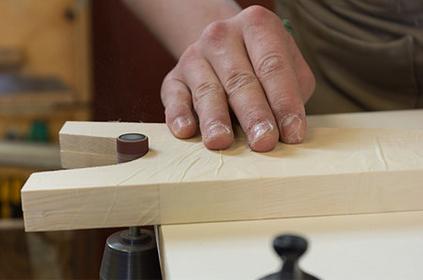 Taille d'une pièce de bois sur-mesure