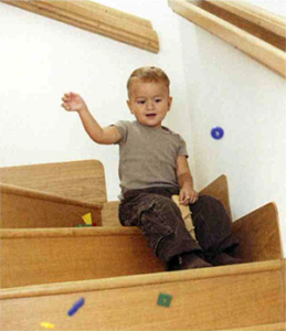 Enfant sur une marche d'escalier Escarmor