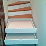 Notre astuce : Des tiroirs intégrés à l'escalier.