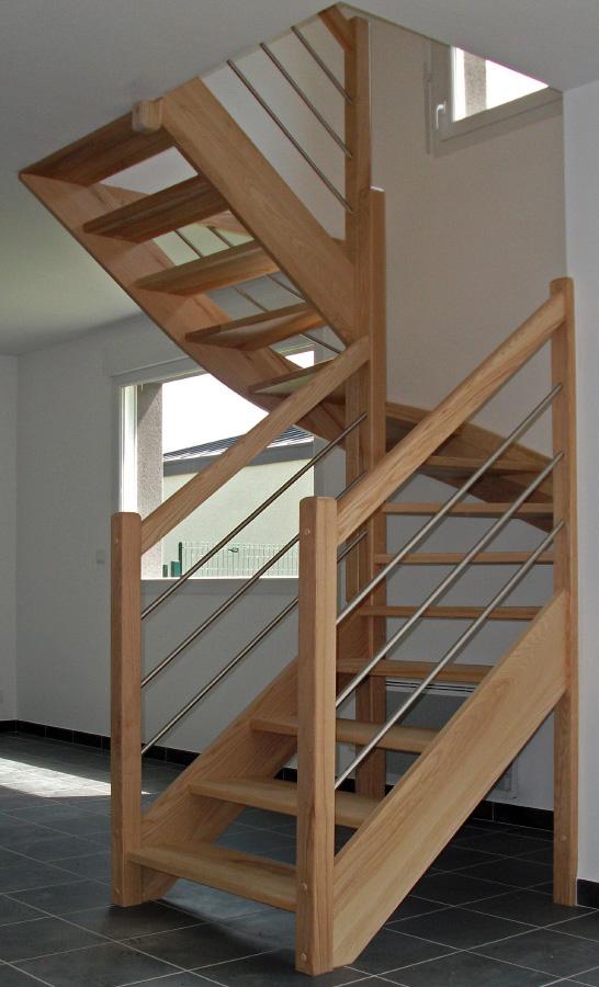Escalier en bois double quart tournant teinte chêne clair, sans contremarches, rampes extérieures et main courante standards en bois teinte chêne clair, lisses tubes inox