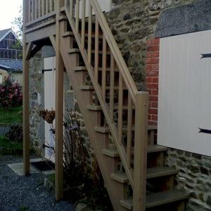 Escalier extérieur droit en bois IROKO spécial extérieur avec palier. Double crémaillère, sans contremarches, et rampe, teinte chêne moyen. Main courante standard avec gorges.