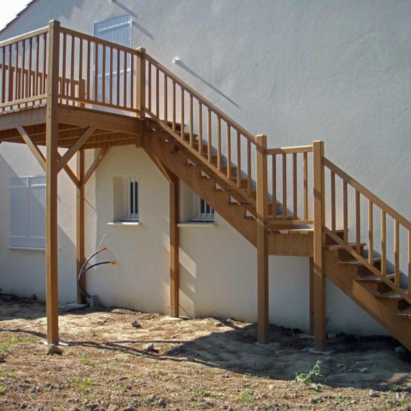 Escalier extérieur droit tout en bois sans contremarches avec palier intermédiaire et terrasse haute
